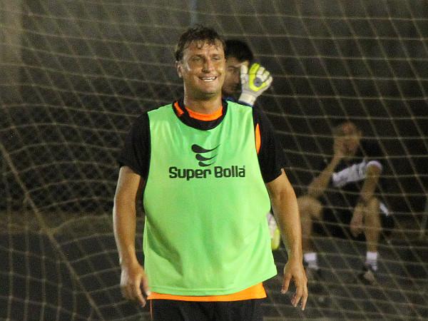 Fabio Paulista treinou com desenvoltura