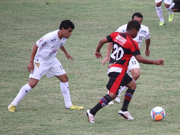 Dudu e Juninho Goiano: se acertando na defesa, mas ainda deficiente no ataque