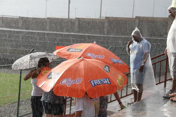 Muita chuva no intervalo: torcedor sofre com sol ou com chuva