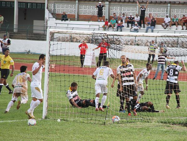 Ceilândia comemora o gol do empate: pouco para quem quer ser campeão