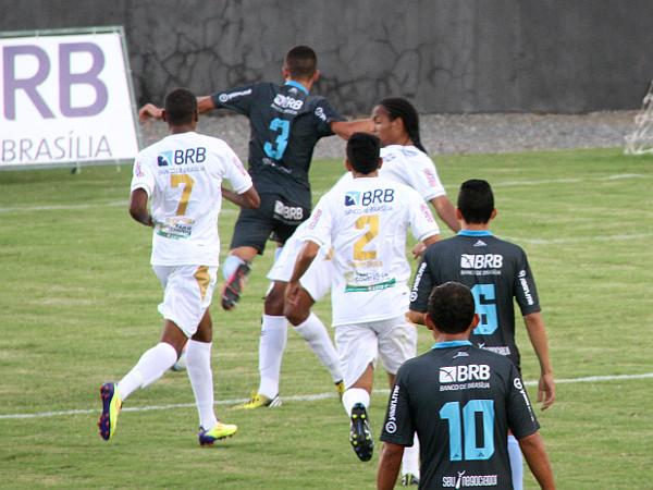 Sandro faz a falta for da área: fora da área não é penalti, mas o confuso árbitro assinalou