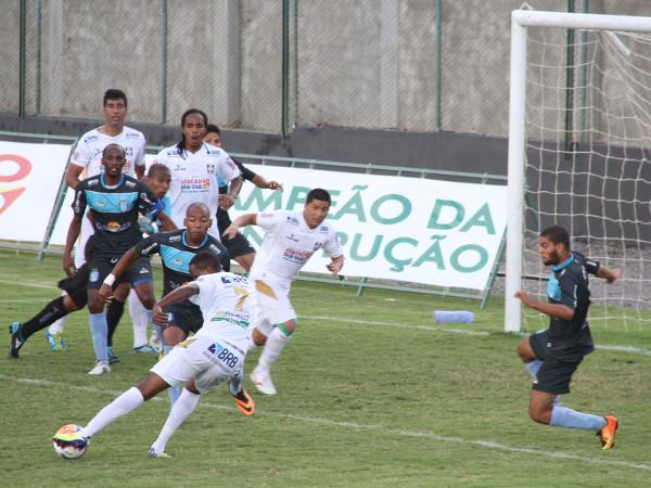 Ceilândia perdeu muitos gols: nessa, Caio perdeu.