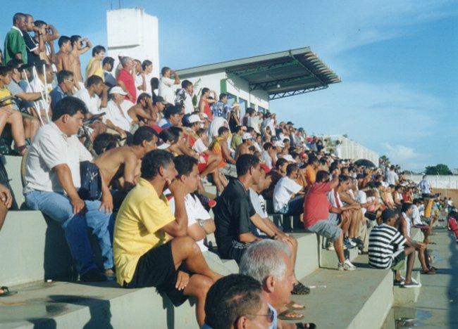 2002: estádio cheio para jogo contra o Brazlândia. Público menor ano após ano
