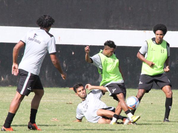 Treino com bola: atletas ainda tecnica e fisicamente longe do ideal