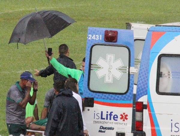 Já no final do jogo, atleta do Formosa vai para a ambulancia (sem maiores informações da gravidade)