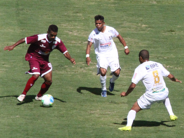 EdiCarlos ajuda no meio campo: agradou diante do fraco time do Santa Maria