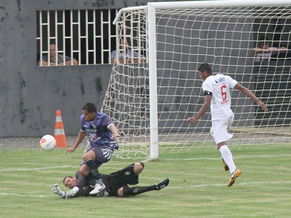 Fantasma do Regional: na defesa de Léo, Thiago Silva precisou de atendimento médico. Nada grave...
