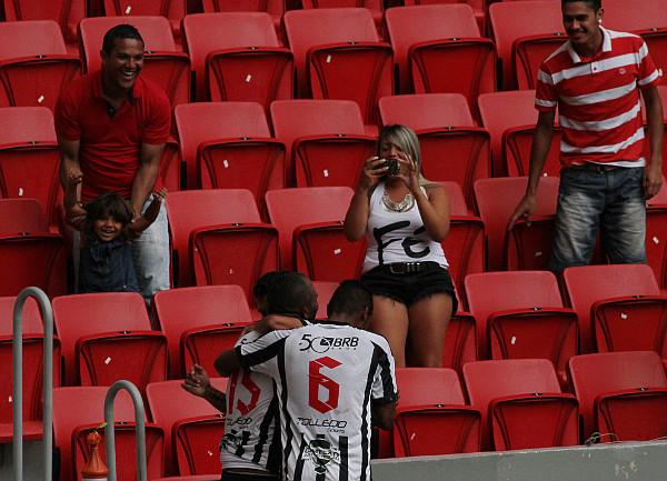 LIel comemora o segundo gol do Ceilândia ao lado da família: cartão amarelo
