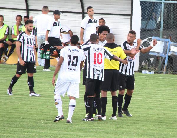 Francisco Alves: dois critérios, um para cada time