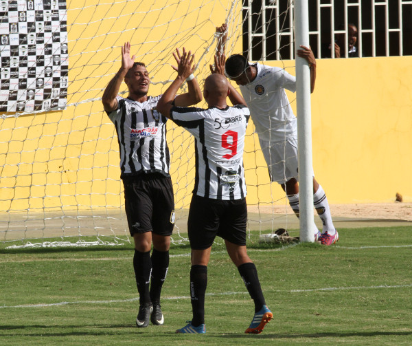 Wisman e Chefe comemoram o primeiro gol: jogada de Allan Dellon e Filipe Cirne