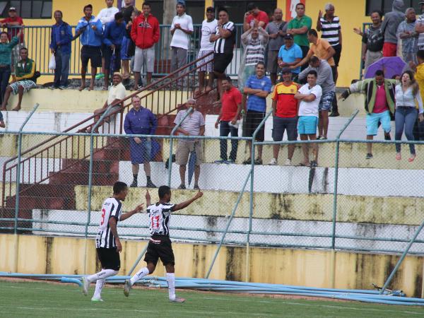 Maninho comemora o seu gol