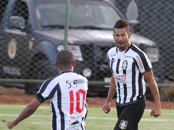 Wallace comemora o gol com Allan Dellon