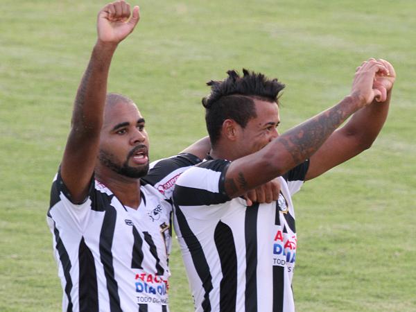Claudecir deu muito trabalho para a defesa do Brasiliense: comemora ao lado de Clécio