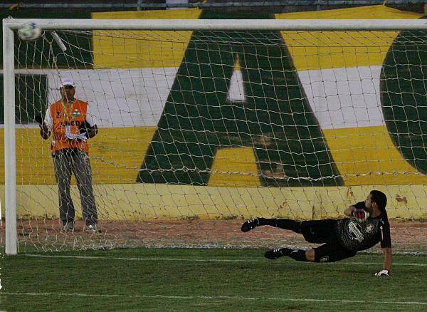 O penalti cobrado por Kaka terminou no travessão