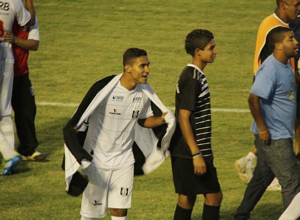 Daniel abraça-se à bandeira do Ceilândia: saudades