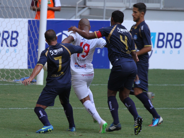 Claudecir sofre com a marcação tripla do adversário