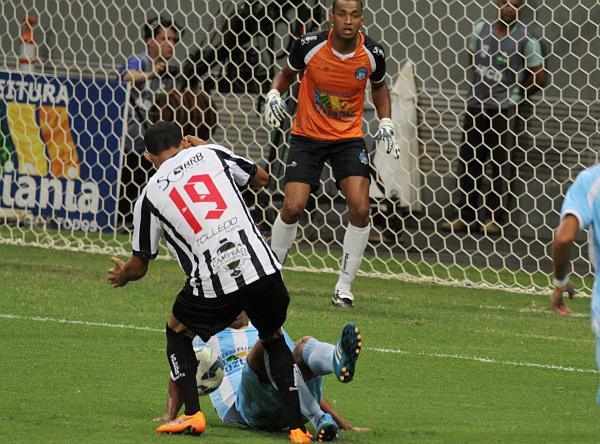 Wesley reclamou penalti no toque de mão: contra o Brasiliense, o Ceilândia teve dois penaltis contra si em lances da mesma natureza