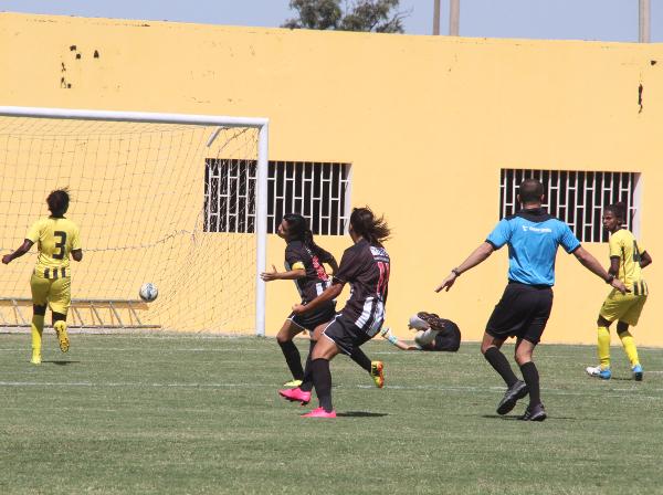 """Isabella recebeu de Nycole para tocar com """"nojo"""" no canto esquerdo da goleira adversária: um golaço!"""