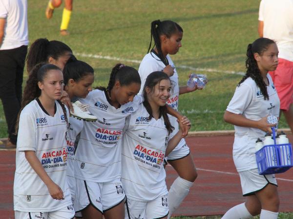 Enquanto Isabella saía de campo sozinha, demais jogadoras eram solidárias