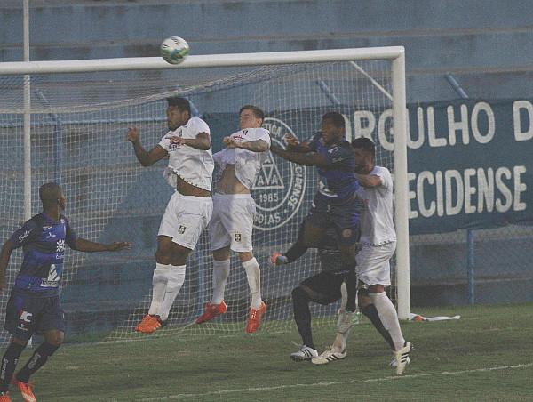 De maneira geral as defesas prevalesceram sobre os ataques: falhas individuais conduziram a cinco gols inesperados