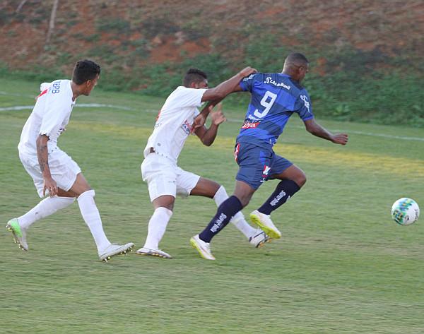 Badhuga parece ter voltado a sua melhor forma: três gols é muito para uma defesa que se pretende sólida