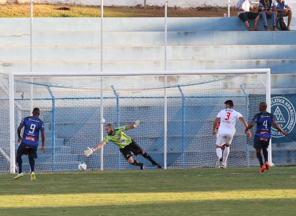 A alegria do primeiro gol foi imediatamente interrompida por um penalti unusual