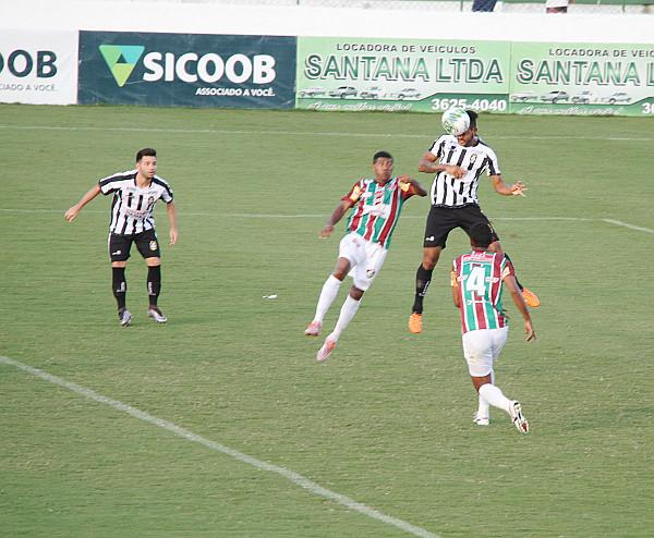 Na jogada de Willian, Klécio cabeceia para fazer o gol da vitória