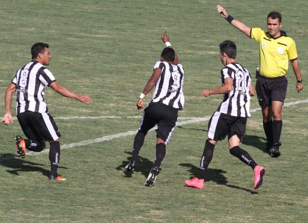Herê comemora o primeiro gol do Ceilândia