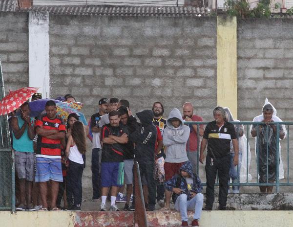 A chuva castigou e expulsou os torcedores das arquibancadas