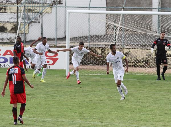 Ceilândia comemora o primeiro gol: sofrimento no segundo tempo
