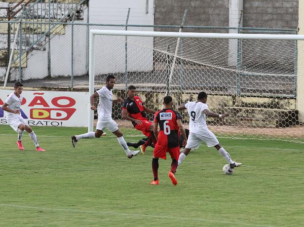 Gilmar Erê foi mais uma vez importante: interceptou a bola e serviu Romarinho para empatar o jogo