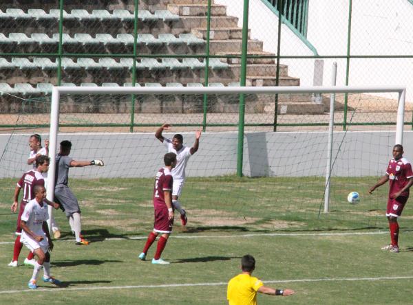 Badhuga e Cassius comemoram o gol de Felipe Cirne em 2015 na vitória por 3 x 1