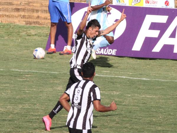 Romarinho comemora mais gol, dessa vez contra o Luziania