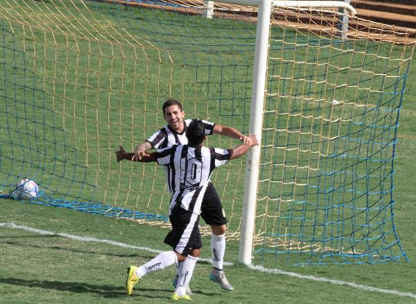 Formiga comemora seu primeiro gol com Allanzinho
