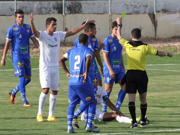 Rafael Diniz foi dois árbitros em um jogo só: no primeiro tempo, permitiu que se questionasse demais a arbitragem