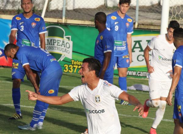 Emerson Martins comemora o gol alvinegro