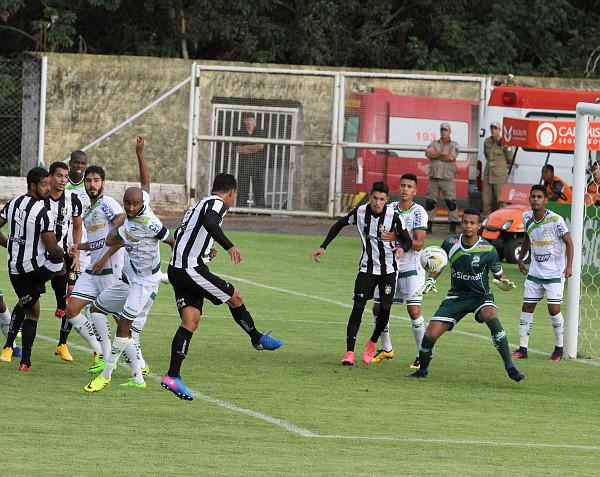 Antes dos 10 minutos o Ceilândia já havia perdido ao menos três chances de gol