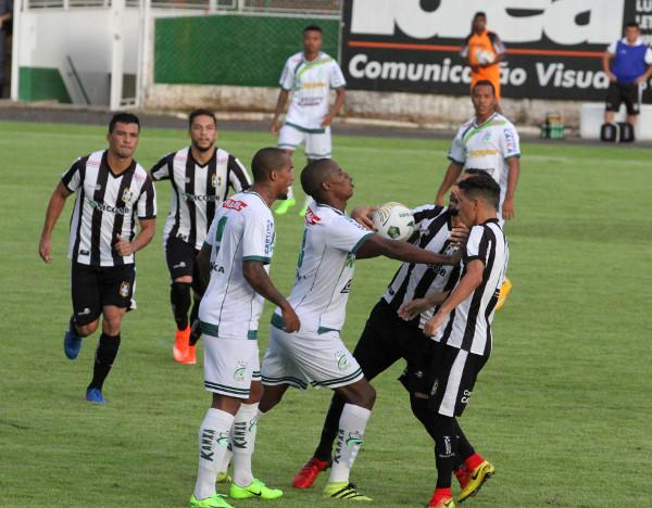 Esse lance aconteceu pouco antes do primeiro gol: Ceilandia intimidado sob o olhar complacente da arbitragem