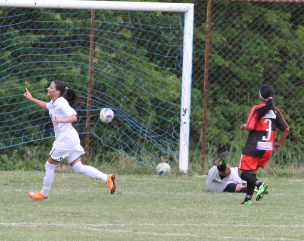 Os gols foram saindo naturalmente, como este de Stephany