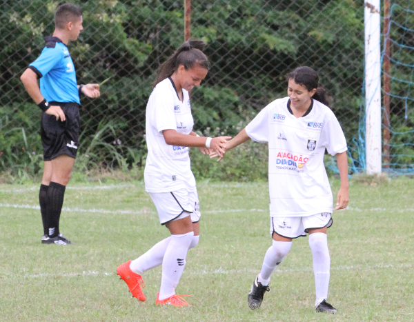 Nycole comemora um de seus dez gols