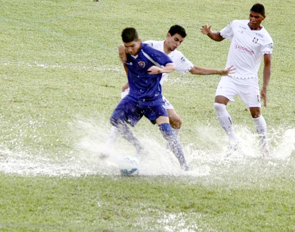 Em 2016, um temporal desabou sobre o Frei Norberto. Em campo, jogo pegado do começo ao fim e empate sem gols