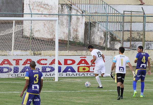 Michel faz o terceiro na falha do goleiro adversário
