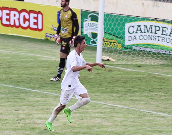 Romarinho comemora o segundo gol do Ceilândia