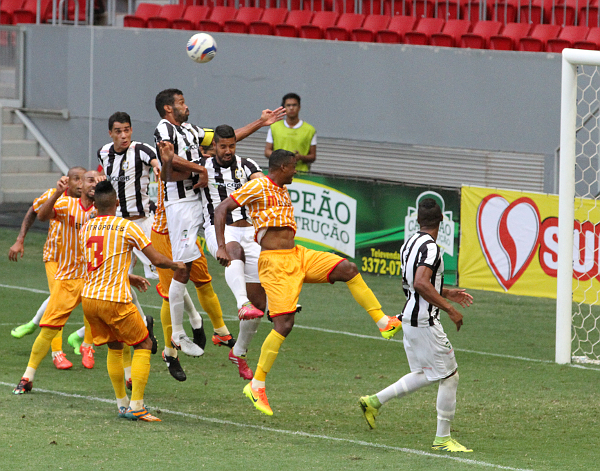 Depois do gol, o Ceilândia criou situações apenas em jogadas de bola parada