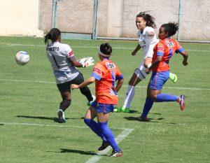 Nycole faz o seu terceiro gol, artilheira da competição