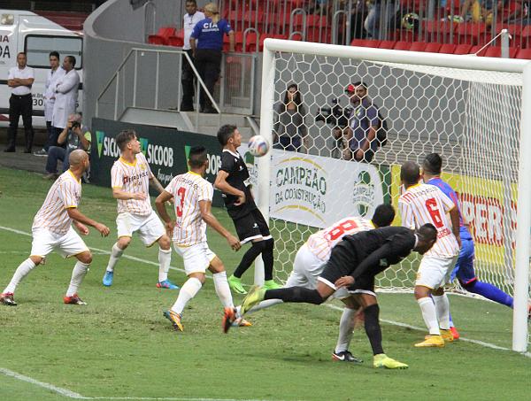 Romarinho diminuiu a diferença, mas a sorte o impediu de fazer o gol do empate