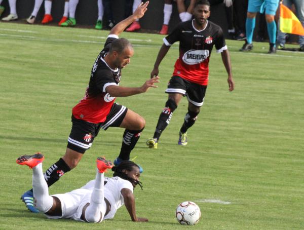 Leandro Love deu muito trabalho à defensiva do Anápolis, mas o gol não veio