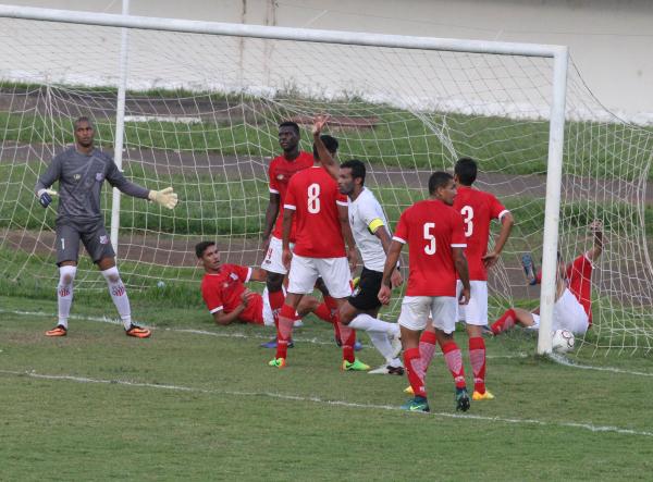 Bola bate em Xandão e vai para o fundo do gol. Gol de Humberto?