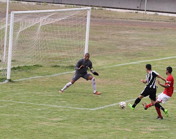Dim apareceu frente a frente com Guilherme, mas o goleiro defendeu