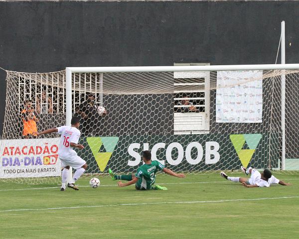 Adriano deu passe para o segundo gol e poderia ter feito o terceiro